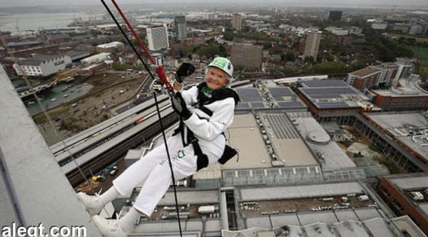 عجوز بعمر 100 عام تصبح أكبر ممارسة لرياضة الهبوط بالحبال