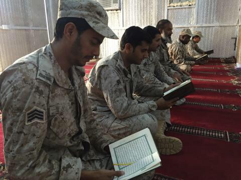 جنود من قوات حرس الحدود يلازمون كتاب الله