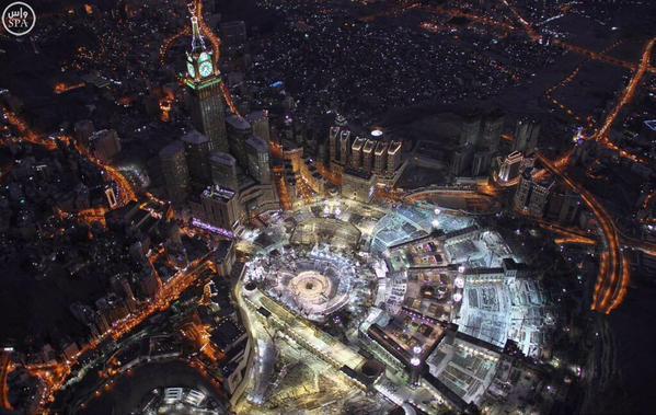 جموع المصلين في المسجد الحرام في ليلة ختمة القرآن بالحرم المكي.