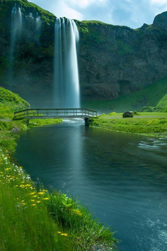 صورة تبين أجل شلالات آيسلندا