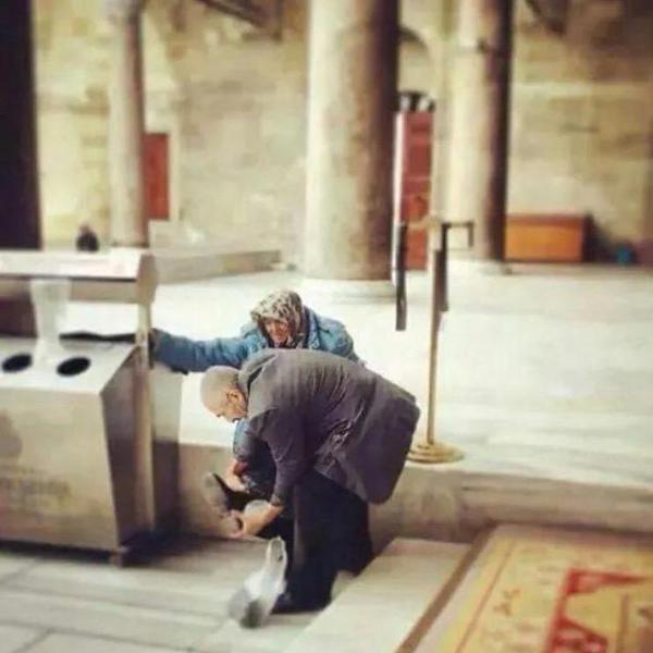 رجل تركي مسن يساعد زوجته في ارتداء حذائها