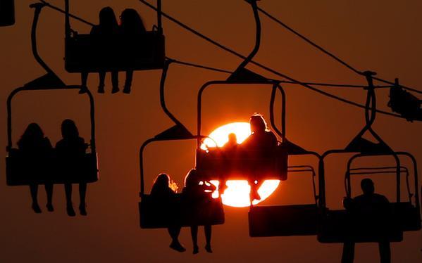 غروب الشمس خلف العربات المعلقة