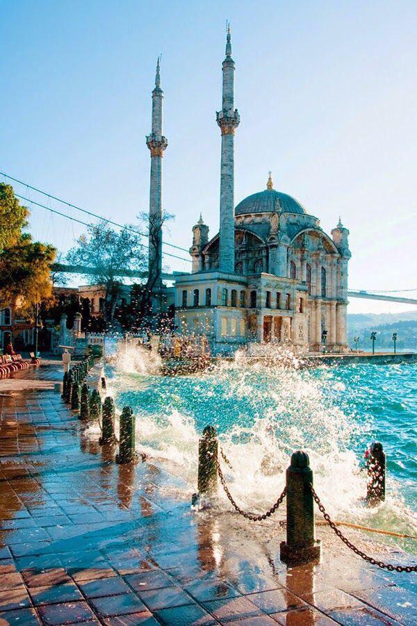 مسجد اورتاكوي في اسطنبول، تركيا.