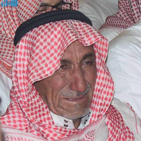 والد وأبناء الشهيد عوض المالكي يبكون على فراق ابنهم ووالدهم