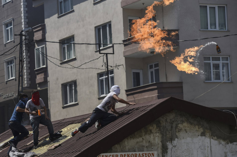 رجل يلقي قنبلة مولوتوف خلال اشتباكات مع شرطة مكافحة الشغب التركية