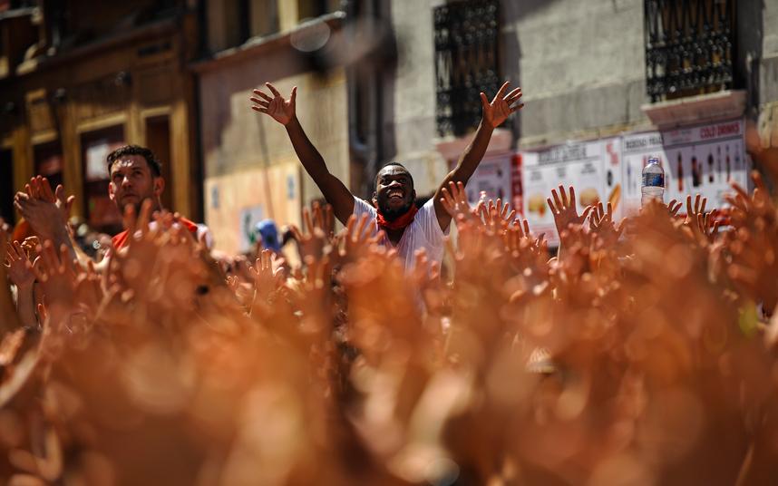"""مجموعة من الناس يحتفلون بإطلاق صاروخ """"Chupinazo"""" للاحتفال الرسمي بمهرجان سان فيرمين"""