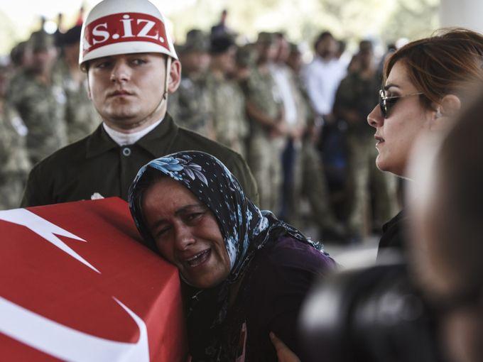 """والدة الجندي التركي """"محمد يالجين ناني"""" تبكيه خلال مراسم دفنه"""