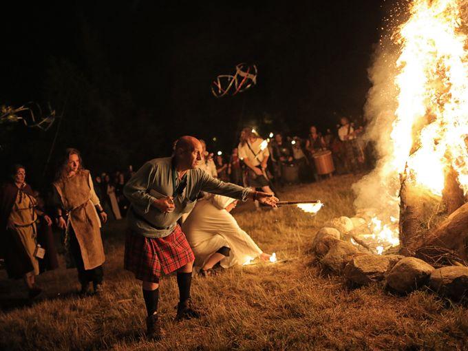 """مجموعة من الناس المحتفلين يشاركون في حفل """"غراند فوكو"""" أو """"الحريق الكبير"""""""