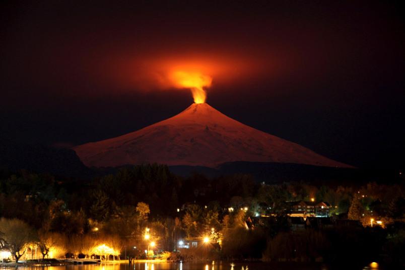 صور حول العالم وهج بركان فيلاريكا