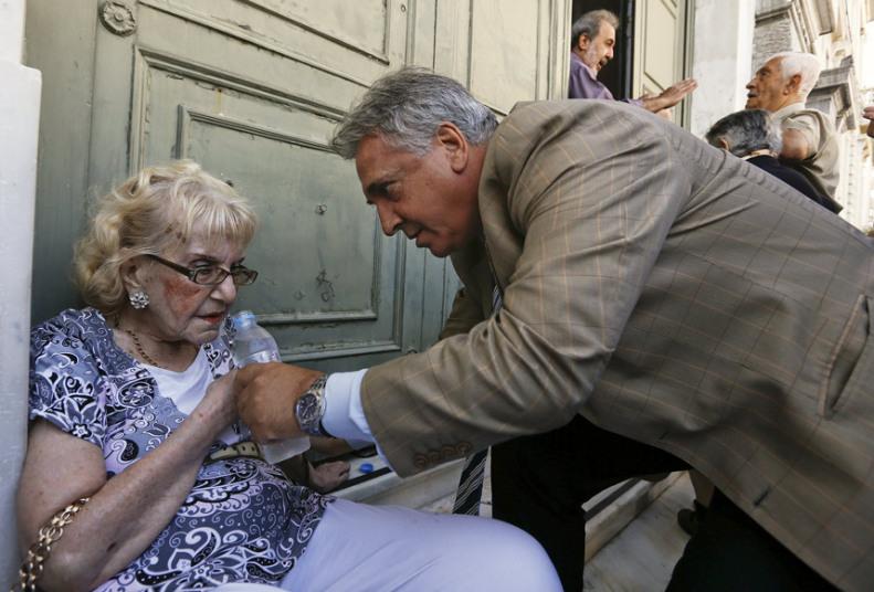 مدير البنك الوطني يساعد سيدة بعد الانهيار الذي تعرضت له خارج البنك