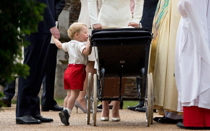 الأمير جورج يقف على أطراف أصابعه للحصول على نظرة خاطفة داخل عربة شقيقته الأميرة شارلوت