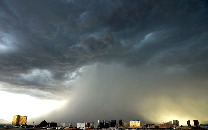 عاصفة رعدية مصحوبة بأمطار غزيرة وبرد تنخفض فوق ولاية لاس فيغاس