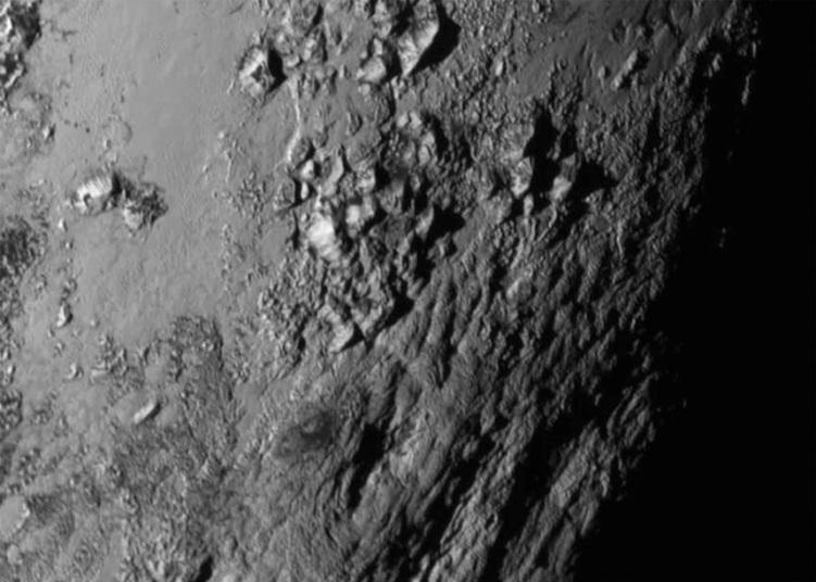 واحدة من الصور التي التقطتها مركبة فضائية تابعة لوكالة ناسا للفضاء في منطقة قرب خط الاستواء لكوكب بلوتو