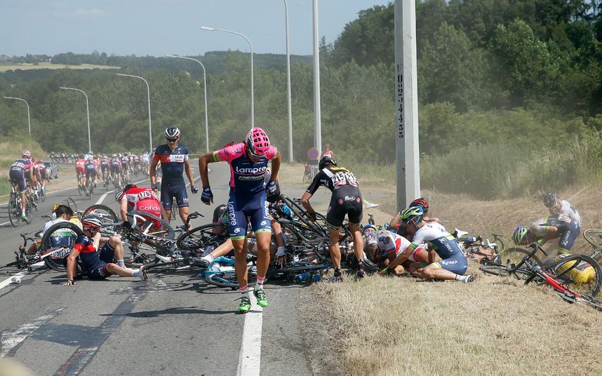 حادث جماعي لمجموعة من الدراجين خلال سباق الدراجات الهوائية 2015