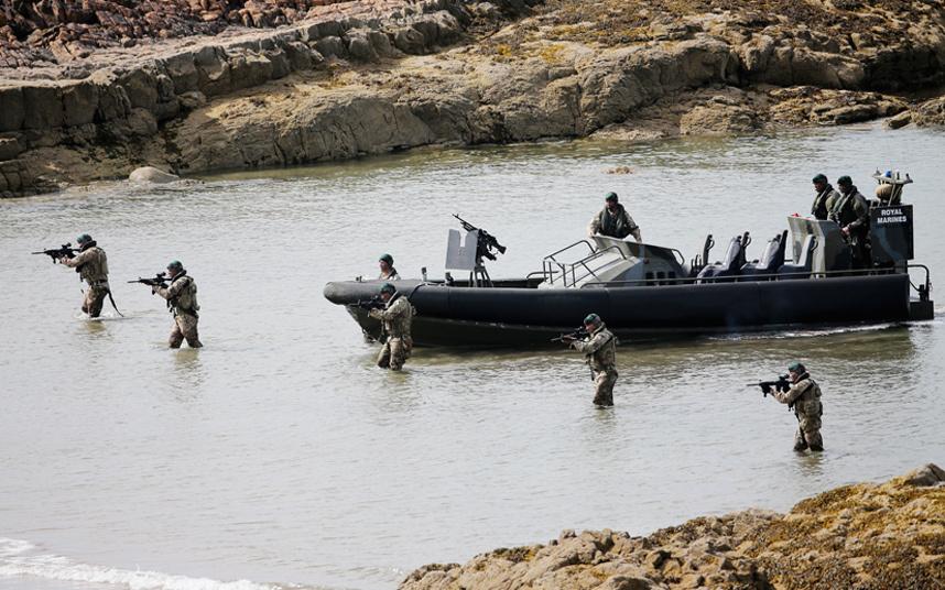 قوات من مشاة البحرية الملكية تقترب من الشاطئ