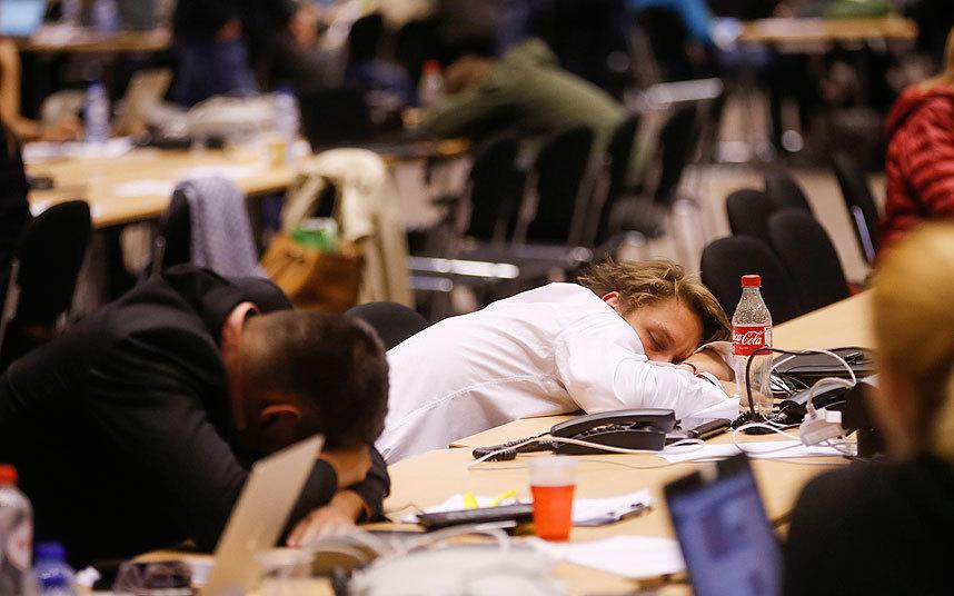 مجموعة من الصحفيين في انتظار نهاية قمة زعيم منطقة اليورو بشأن الأزمة اليونانية في مقر المجلس الأوروبي في بروكسل.