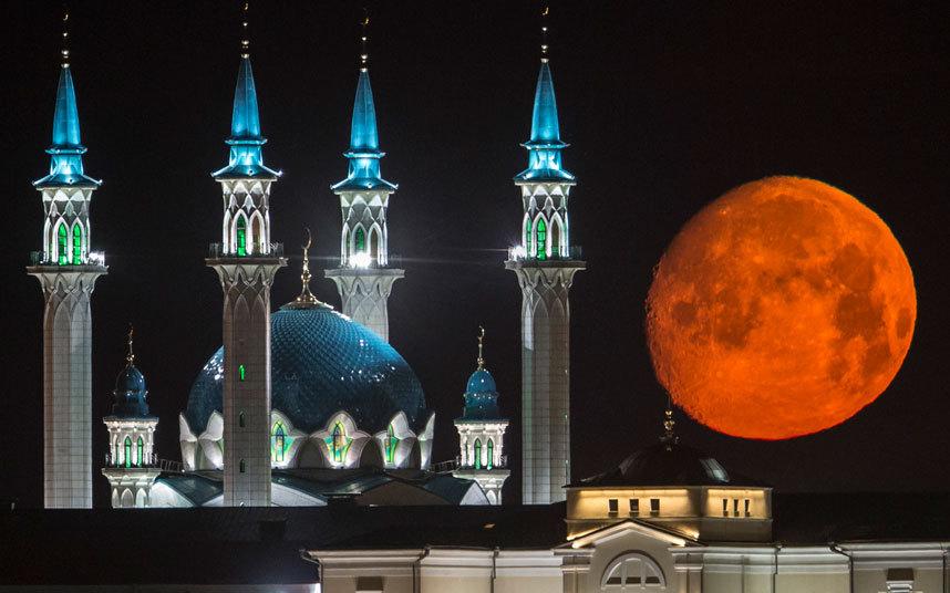 مشهد مذهل لاكتمال القمر فوق كرملين قازان مع مسجد قول شريف في كازان عاصمة تتارستان