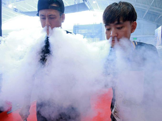 موظفو المبيعات يزفرون دخان السجائر