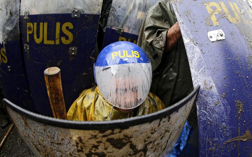 شرطة مكافحة الشغب تحتمي خلف الدروع خلال اشتباكات مع محتجين