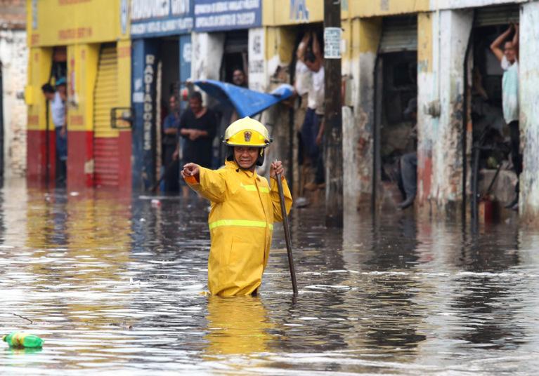 الأمطار الغزيرة تتسبب بحصول فيضانات في غوادالاخارا في المكسيك.