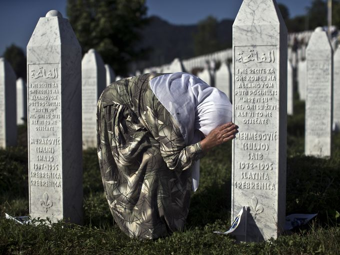 سيدة تبكي بجانب قبر لأحد أقاربها في بوتوكاري والذي قُتل في الإبادة الجماعية للمسلمين في سريبرينيتسا