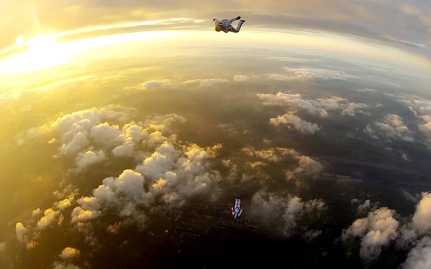 هاوي قفز حر بالمظلات أثناء سقوطه من ارتفاع 4000 متر