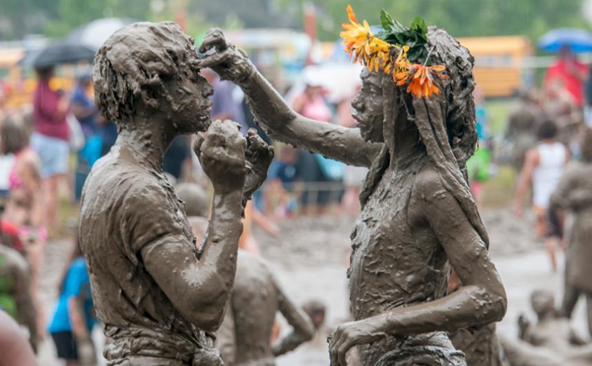 اللعب بالطين في يوم الطين السنوي