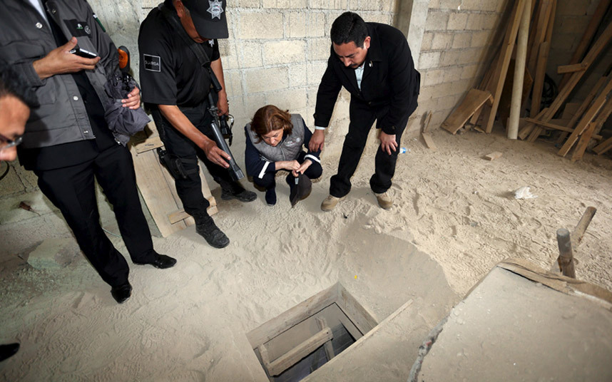تفقد قوات الشرطة للنفق الذي يُعتقد أن السجين خواكين قد فر منه