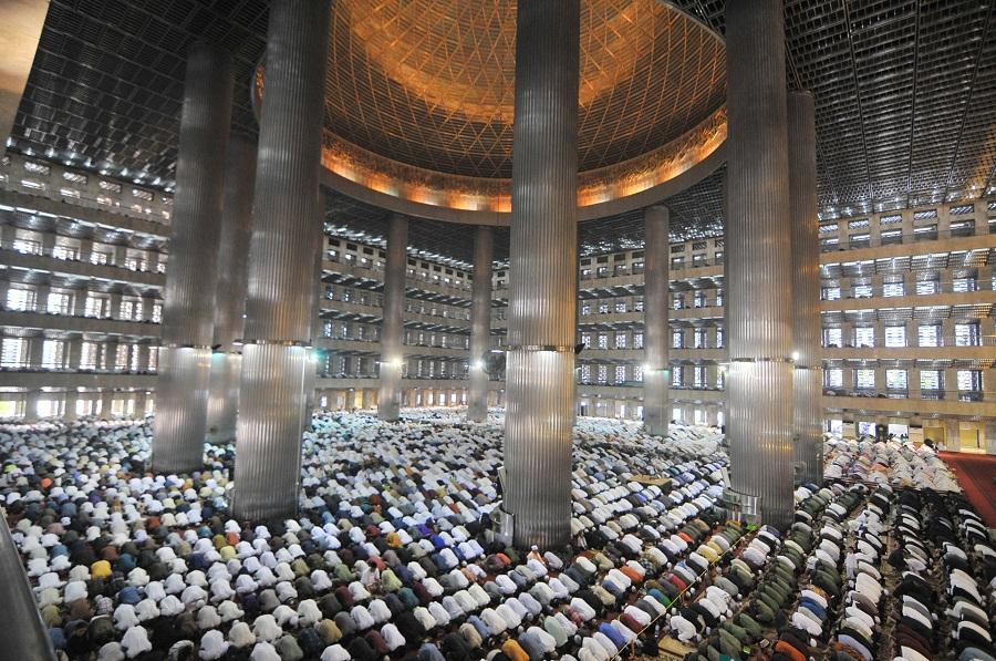 صلاة عيد الفطر السعيد من مسجد الاستقلال في جاكرتا