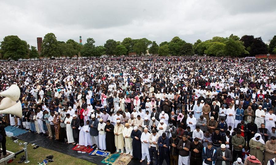 عشرات الآلاف من الناس يؤدون معا صلاة عيد الفطر السعيد في حديقة سمول هيث في بيرمنغهام