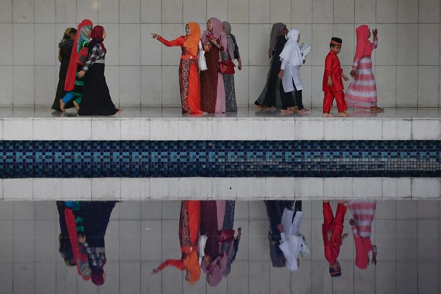 نساء وأطفال يسارعون لحضور صلاة عيد الفطر السعيد في المسجد الوطني في كوالالمبور