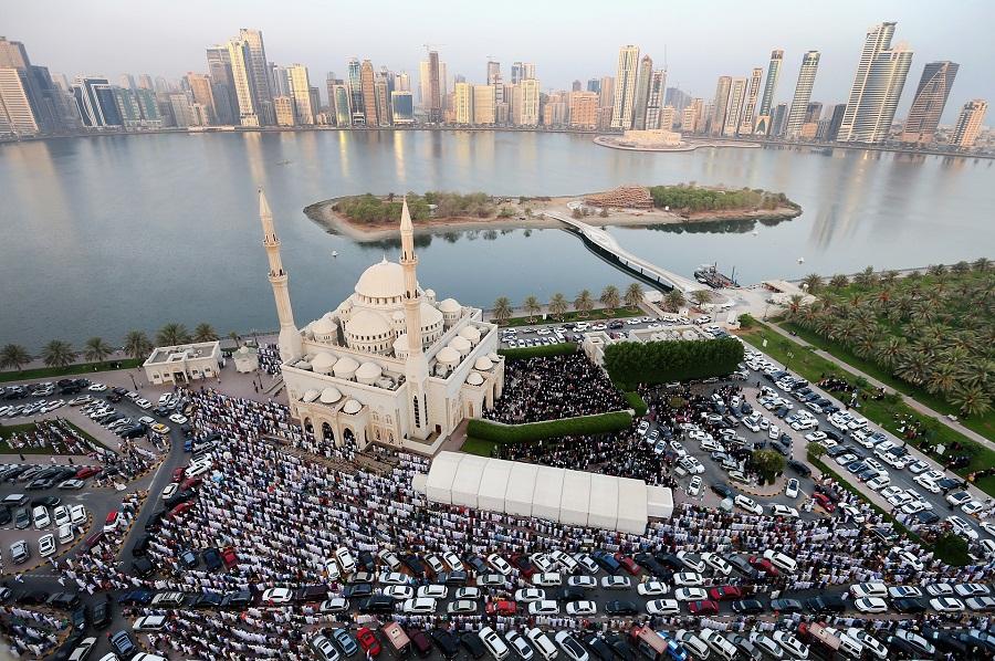 المسلمون يصطفون لأداء صلاة عيد الفطر السعيد خارج مسجد النور في إمارة الشارقة