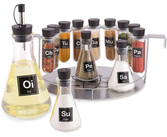 علب تخزين بهارات على شكل أدوات كيميائية