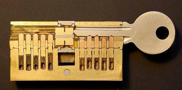 قفل مع مفتاح