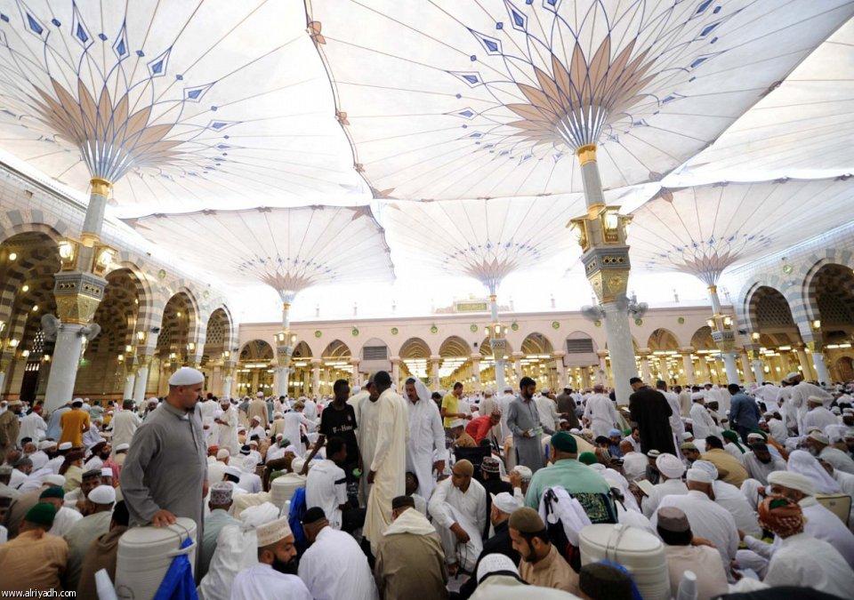 صور: لحظات إيمانية ب المسجد النبوي في العشر الأواخر
