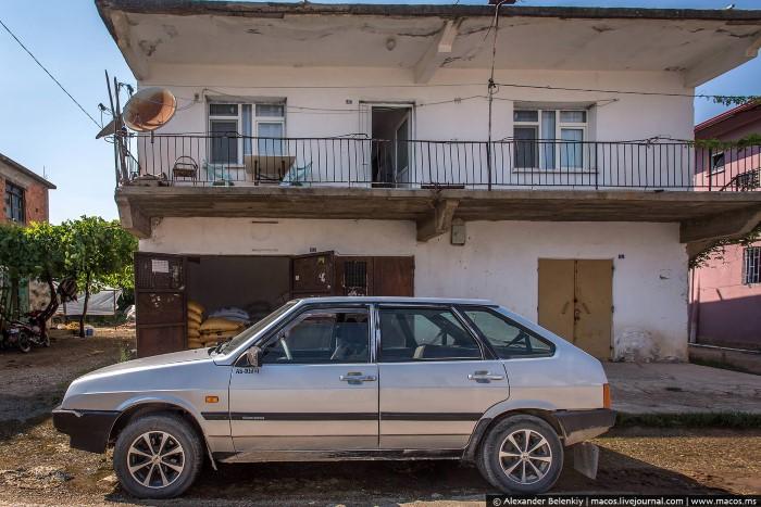 """جميعنا معتاد على رؤية تركيا عبارة عن منتجعات خمس نجوم، وفنادق فاخرة وشواطئ ساحرة وتطور وحضارة وغيرها. ولكن هل فكرت يوماً أن تقوم بزيارة إلى برية تركيا أو ما يسميه البعض بتركيا الحقيقية. هنا مجموعة من الصور لريف بلدة """"أنطاليا"""" التي تقع على الحدود السورية، والتي تعرض الحياة اليومية للسكان المحليين هناك، وكما يظهر فإن الحياة هناك بسيطة جداً وتقليدية. دعونا نشاهد هذه الصور"""