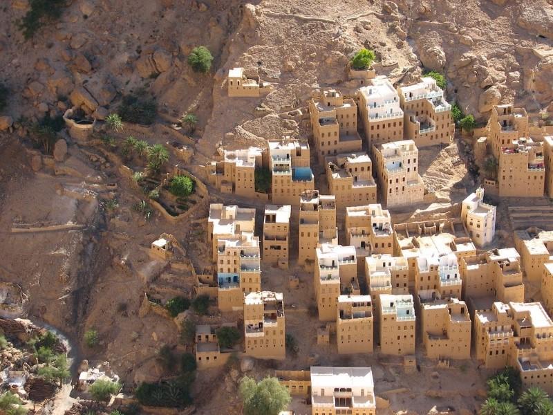 مباني فوق الصخور في اليمن
