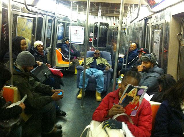 ملك المترو يجلس على أريكة بين ركاب القطار