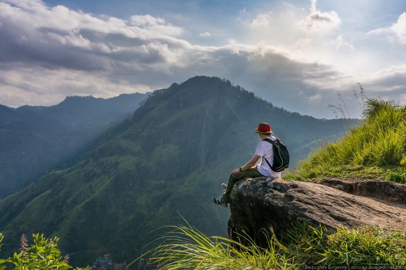 مسافر فوق قمة جبل