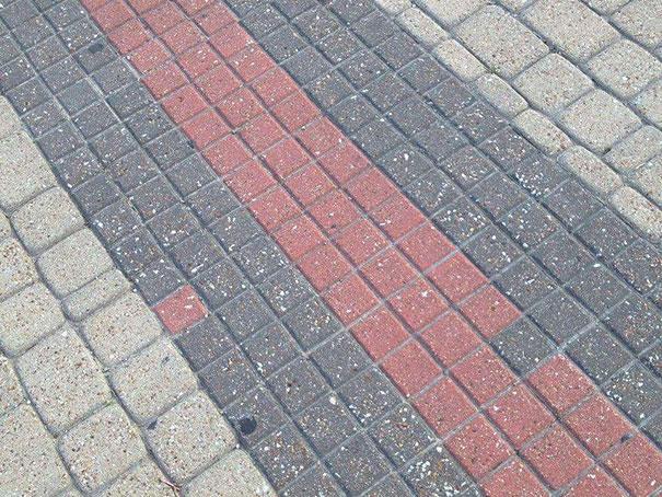 شارع مبلط خطاً