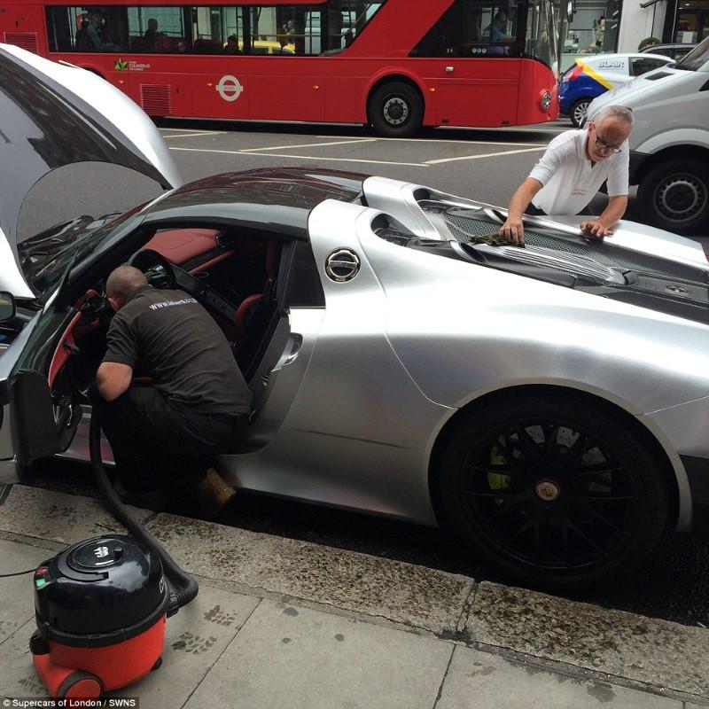 ملياردير سعودي يعطل السير في لندن للعناية بسيارته الفارهة