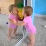 طفل يرى نفسه لأول مرة في المرآة.. (فيديو)