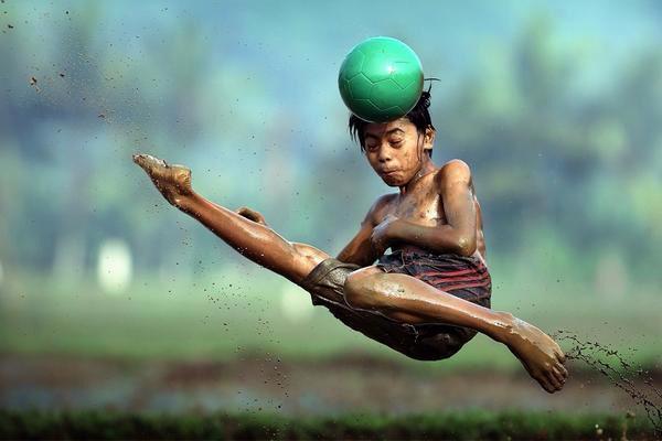 طفل يركل كرة برأسه