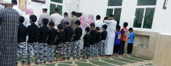 11 طفلاً يرتدون زي قوات الطوارئ داخل مسجد بالليث تضامناً مع شهداء مسجد طوارىء عسير