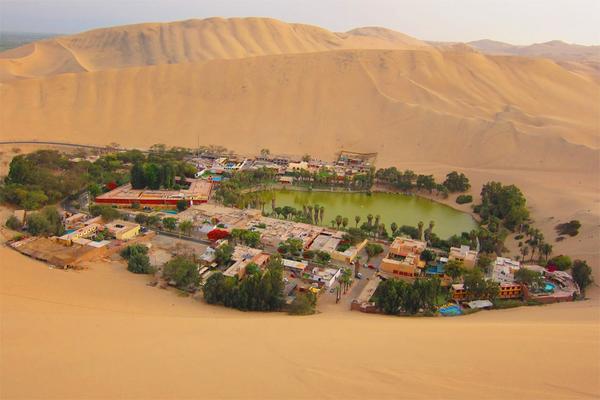 واحة وسط صحراء في البيرو.