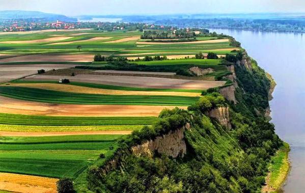 صورة للضفة اليمنى من نهر الدانوب