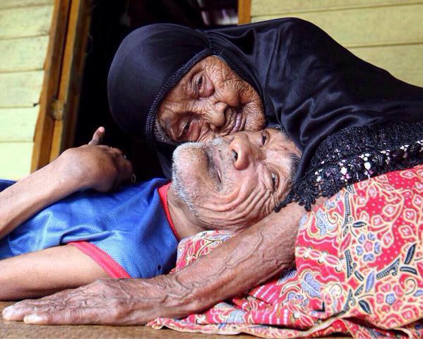 """وفاة الأم الماليزية """"ماليه"""" (101 عام) بعد أن كانت ترعى ابنها الأصغر،"""
