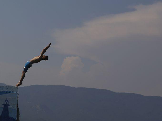صبي يغطس قبالة رصيف في البحر بقرية ستافروس شمال اليونان.