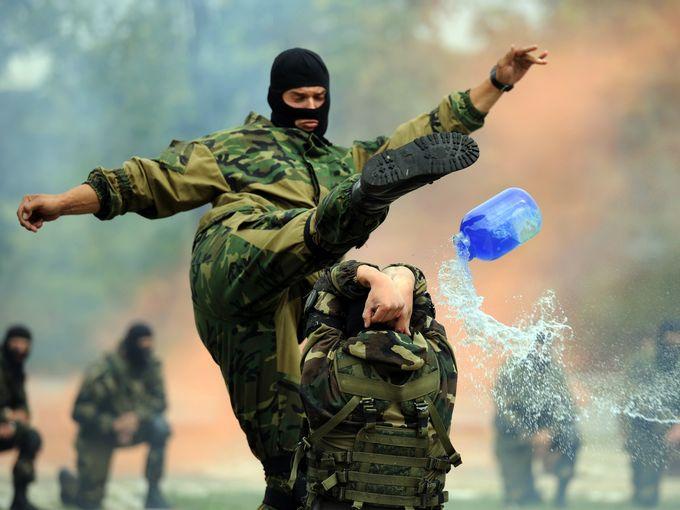 تدريبات جنود من القوات المحمولة جوا في روسيا البيضاء خلال احتفالات يوم المظليين في مينسك.