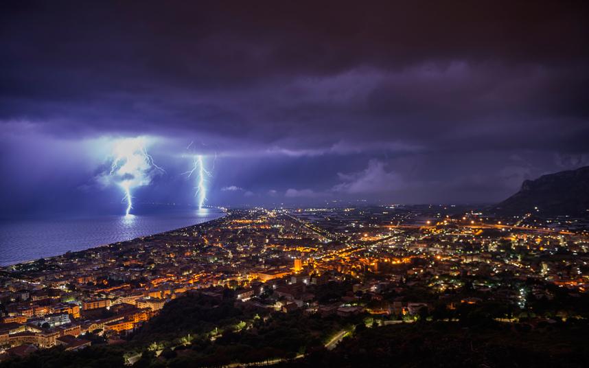 البرق يضيء سماء ساحل تيراتشينا.